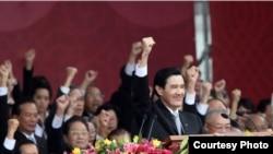 台湾总统马英九在双十节庆典呼口号(台湾总统府提供)