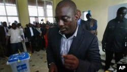 ປະທານາທິບໍດີຄອງໂກທ່ານ Joseph Kabila ໄປປ່ອນບັດ ໃນການເລືອກຕັ້ງປະທານາທິບໍດີ ທີ່ໜ່ວຍປ່ອນບັດ ແຫ່ງນຶ່ງ ໃນນະຄອນຫຼວງ Kinshasa (28 ພະຈິກ 2011)