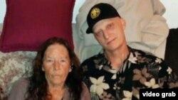 مایکل وایت در کنار مادرش