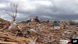 Cảnh tượng đổ nát sau trận lốc xoáy tại thị trấn Washington trong bang Illinois.