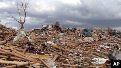17일 미국 일리노이주 워싱턴 카운티의 토네이도 피해 지역.