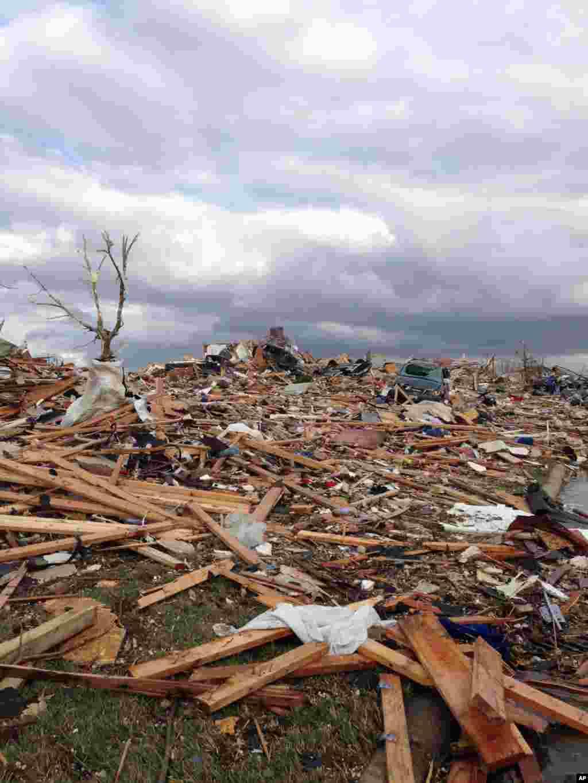 17일 미국 일리노이주 워싱턴 카운티를 토네이도가 강타한 후 무너진 건물 잔해.
