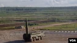 """担心邻国军力增长,过去两年来,俄罗斯已在与中国接壤的边境部署了两个旅的""""伊斯康德尔式""""战术导弹。2014年夏季""""伊斯康德尔式""""战术导弹在莫斯科郊外表演。(美国之音白桦拍摄)"""