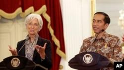 Direktur Pelaksana IMF Christine Lagarde (kiri) dalam konferensi pers bersama Presiden Joko Widodo di Istana Merdeka, Selasa (1/9).