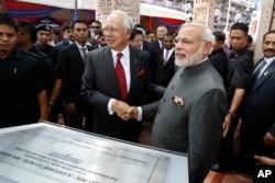 2015年11月23日马来西亚总理纳吉布(左)与印度总理莫迪在马来西亚吉隆坡握手。