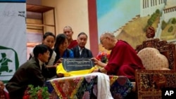 His Holiness unveils Tashi Delek 90.4 FM at TCV School, June 1, 2010 (Tenzin Choejor)