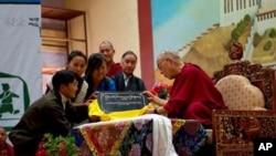 His Holiness unveils Tashi Delek 90.4 FM at TCV School, June 1, 2010 (Tenzin Choejor)