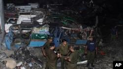 دھماکے کے بعد پولیس اہلکار جائے واقعہ کا جائزہ لے رہے ہیں۔