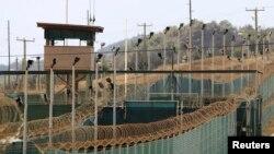 ផ្នែកខាងក្រៅនៃ Camp Delta នៅមូលដ្ឋានទ័ពជើងទឹករបស់អាមេរិកនៅ Guantanamo Bay។
