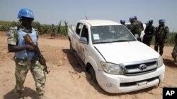 지난해 12월 아프리카 수단 다르푸르 지역에서 발생한무장단체의 공격 현장을 유엔 평화유지군과 당국 관계자들이 조사하고 있다.