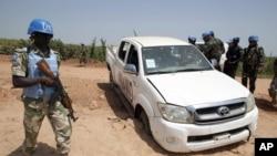 Beberapa anggota pasukan perdamaian PBB di Darfur (UNAMID) melakukan patroli (foto: dok). Tujuh tentara UNAMID tewas dalam serangan hari Sabtu (13/7).
