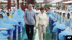 George W. Bush da Laura Bush suke ziyarar kamfanin A to Z textile mills, wadda ke sarrafa magungunan yaki da cutar zazzabin cizon sauro.