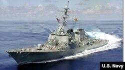 Kapal perusak Amerika, USS Cole, hari Jumat (3/2) tiba di kawasan pantai Yaman (foto: dok).