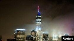 برج موسوم به «مرکز تجارت جهانی یک» در نیویورک، به نشانه حمایت از مبارزه با ویروس کرونا پرچم سه رنگ آمریکا را نمایش میدهد