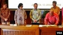 Menkeu Sri Mulyani dan Menteri ESDM Ignasius Jonan menyaksikan penandatanganan perjanjian bersama antara Pemerintah Pusat, Pemprov Papua dan Permerintah Kabupaten Mimika & PT Inalum di Kemenkeu, Jakarta Jumat 12 Januari (Foto: VOA/Andylala).