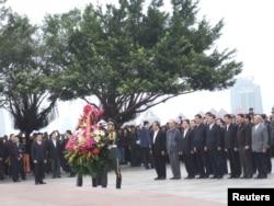 2012年12月10日,中共中央总书记、国家主席习近平在深圳莲花山公园向邓小平铜像敬献花篮。