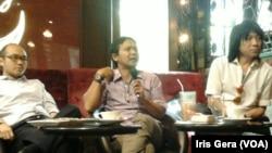 Diskusi bertema Kabinet Harapan Rakyat di Jakarta, Kamis, 9 Oktober 2014. Dari kiri: Yunarto Wijaya, Arie Sudjito, Abdee Slank (Foto: VOA/Iris Gera)