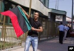 Un Libyen vivant en Bosnie se réjouit devant l'ambassade libyenne à Sarajevo