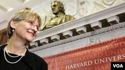 La presidenta de Harvard dijo que creció en una época en que no se esperaba mucho de las mujeres.