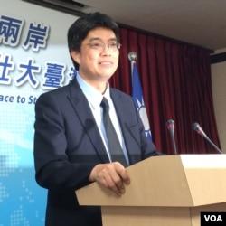陆委会副主委兼发言人邱垂正在星期四记者会上回答问题。(2016年5月26日)