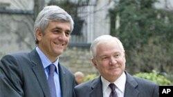 美国国防部长盖茨(右)和法国国防部长莫林