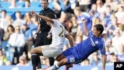 Chelsea အသင္းက Eden Hazard (ယာ) နဲ႔ Swansea' အသင္းက Jack Cork (ၾသဂုတ္ ၈၊ ၂၀၁၅)