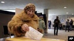 2月18号,一名拉脱维亚妇女在选择第二官方语言的公投中投下自己的一票