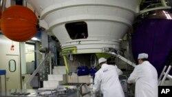 Des techniciens travaillent sur le moteur d'une fusée Ariane 5 sur le site d'Astrium à Les Mureaux, au nord-ouest de Paris, 12 janvier 2011.