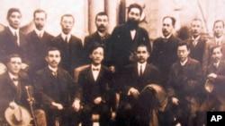 荷马李(前左一)与孙中山(前左四)等人合照