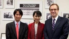 «Ամերիկայի Ձայն»-ի տնօրեն Դեյվիդ Էնզորը (աջից)՝ իրավապաշտպան Աուն Սան Սու Չիի և բիրմական ծառայության տնօրենի հետ