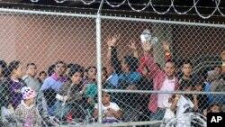 Tư liệu: Di dân đến từ Trung Mỹ chờ được phân phối thực phẩm tại El Paso, Texas, ngày 27/3/2019, trong một khu trại bọc kẽm gai do cơ quan bảo vệ biên giới Mỹ dựng lên để đối phó với các gia đình di dân và trẻ vị thành niên không có người lớn đi kèm. (AP Photo/Cedar Attanasio)