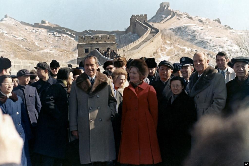 1972年2月24日,美國總統尼克松、尼克松夫人和美國國務卿羅傑斯遊覽長城。 左側女士為為尼克松講解和翻譯的章含之