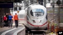 Kereta api cepat ICE di stasiun kereta api utama kota Frankfurt, Jerman. (Foto: dok). Layanan kereta di sejumlah wilayah di Jerman Utara dihentikan selama beberapa jam, Senin (30/9), setelah sebuah badai dengan angin berkecepatan tinggi menyapu wilayah itu.