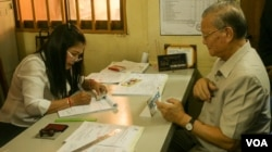 Head of National Election Committee, Sik Bun Hok register to vote for the local elections which will take place next year, in Phnom Penh, on Thursday, September 1, 2016. (Hean Socheata/VOA Khmer)
