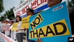 Demonstran Korea Selatan memegang poster menolak pengerahan sistem anti-misil Amerika Serikat (THAAD) di depan Kementerian Pertahanan di Seoul, Korea Selatan, 8 Juli 2016.