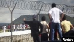 Estados Unidos alberga a más de un millón y medio de hondureños, entre residentes legales e indocumentados. En esta foto, familiares de hondureños deportados esperan a las afueras del Aeropuerto Toncontin, en Tegucigalpa.