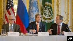 라크다르 브라히미 유엔·아랍연맹 시리아 특사와 존 케리 미국 국무장관, 세르게이 라브로프 러시아 외무장관(왼쪽부터)이 13일 프랑스 파리에서 시리아 사태에 관한 공동 기자회견을 가졌다.