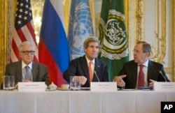 2014年1月13日,美国国务卿克里(中)、俄罗斯外长拉夫罗夫(右)与联合国-阿拉伯联盟叙利亚问题特使卜拉希米在美国驻巴黎大使官邸会晤,讨论叙利亚问题。