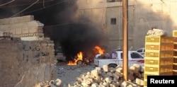 Xe cộ bốc cháy trong các vụ giao tranh ở thành phố Ramadi.