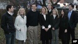 Mitt Romney, tiene cinco hijos con su actual esposa Ann Davies; ellos son: Tagg, Matt, Josh, Ben y Craig. En la foto aparecen Craig Romney con su esposa, Mary; Ben Romney y su esposa Andelynne; y Tagg Romney con su esposa Jenn.