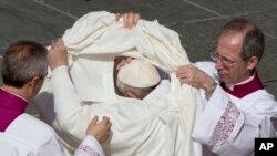 Le Pape François s'échange après une cérémonie.