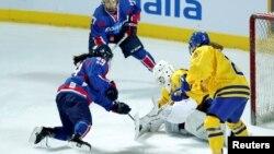 남북 여자 아이스하키 단일팀(파란옷)이 4일 인천 선학국제빙상에서 열린 스웨덴과의 평가전에서 경기를 펼치고 있다.