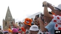 Des spectateurs appladissent les coureurs lors de la course cycliste du Tour de France sur 109,5 kilomètres (86 miles), sur l'Alpe d'Huez au cours de la 19ème étape de la course cycliste du Tour de France.