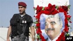Binh sĩ Libăng canh gác gần hình Thủ tướng Libăng bị ám sát Rafik Hariri ở Quảng trường Martyr tại Beirut