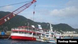 30일 전남 신안군 흑산면 홍도 인근 해상에서 좌초한 유람선 '바캉스호'가 홍도항으로 예인되고 있다. 이 배에는 승객과 승무원 등 110명이 탑승했으나, 최초 신고 접수 28분 만에 모두 구조됐다.