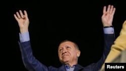 صدر اردوان حامیوں کے نعروں کو جواب دے رہے ہیں