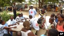 Des agents de la Croix Rouge prennent soin des personnes déplacées dans un centre d'accueil dans le district du Bacongo, à Brazzaville, République du Congo, 6 mars 2012.