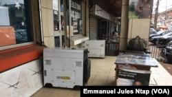 Des groupes électrogènes pour faire face aux perturbations du courant électrique au quartier Tsinga, à Yaoundé, le 15 août 2019. (VOA/Emmanuel Jules Ntap)