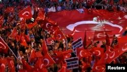 Para pendukung PM Turki Recep Tayyip Erdogan dalam unjuk rasa di Ankara (9/6). Oposisi menuduh PM Erdogan meningkatkan ketegangan politik di Turki.