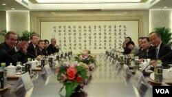 Asisten Menlu AS Kurt Campbell (kiri) melakukan pembicaraan dengan Wamenlu Tiongkok Cui Tianka (kanan) di Beijing (11/10).